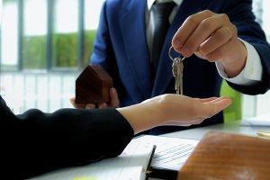 Entrega de llaves después de cerrar una venta